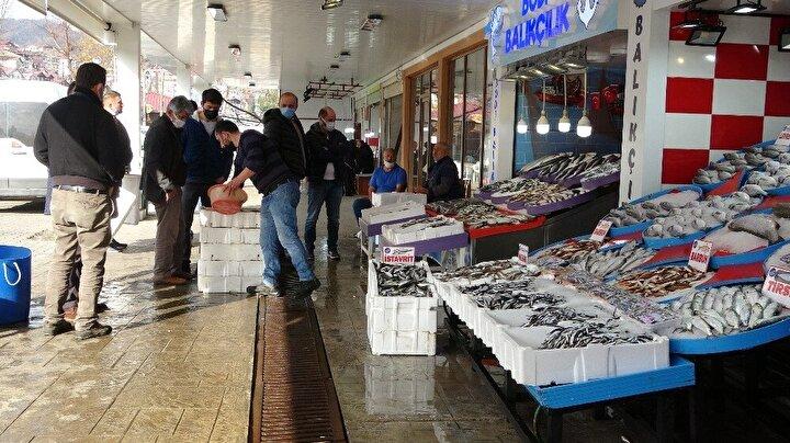 Karadenizde de balıkçılar, yasak saatinden önce denizlere açılarak, son hamsilerini avladı. Dün gece yarısına kadar avlanan hamsiler, bugün Orduda ve Karadeniz illerindeki tezgahları süsledi. 20 liradan satılan hamsiye ise vatandaşlar talep gösterdi.