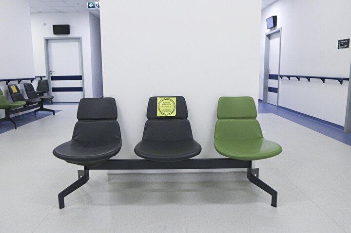 Ankara Şehir Hastanesi Enfeksiyon Hastalıkları Klinik Mikrobiyoloji Bölümünden Doç. Dr. Bircan Kayaaslan, hastanede 25 aşı odası oluşturduklarını belirterek tüm koşulların aşılamaya uygun hale getirildiğini söyledi. Doç. Dr. Kayaaslan, aşı odalarının hastanedeki diğer polikliniklerden uzak, aşı için gelen hastaların temas etmeyeceği şekilde ayarlandığını bildirerek, şöyle dedi: