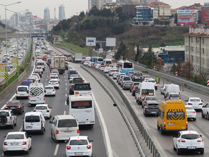 Türkiye genelinde saat 21.00de başlayacak ve 11 Ocak Pazartesi 05.00te sona erecek kısıtlama öncesinde, evlerine dönmek isteyen vatandaşlar, trafikte yoğunluğa neden oldu.