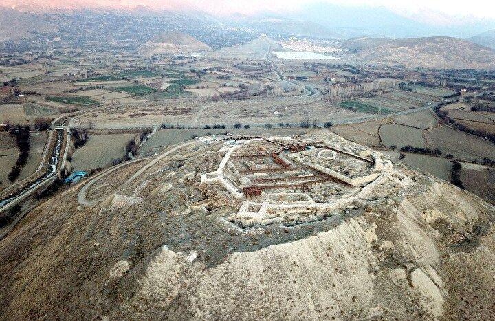 Urartu döneminde inşa edilen ve yapılan kazılarda özellikle milattan önce (M.Ö) 850-590 yıllarına ait yüzlerce tarihi eserin bulunduğu kale ve çevresindeki kalıntıların gün yüzüne çıkarılmasının ardından turizme kazandırılması için çalışmalara başlandı.