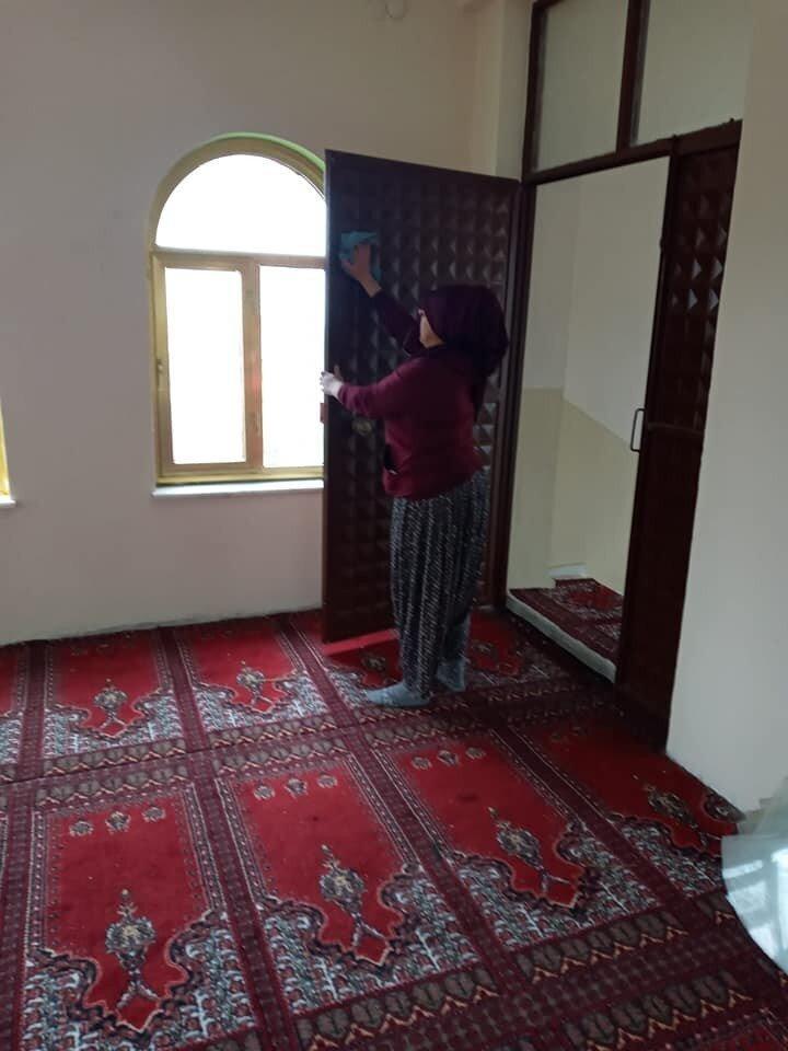 Köşe bucak temizlik yapan kadınlar camiyi gönüllü olarak temizleyerek pırıl pırıl yaptı.