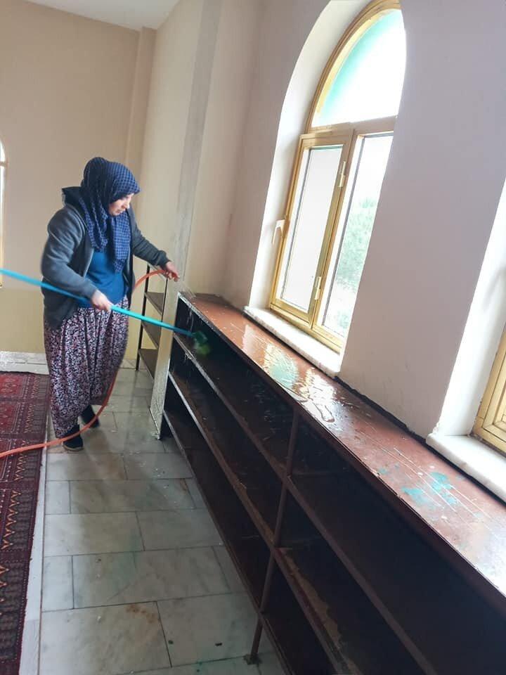 """Karacaören Mahalle Muhtarı Mustafa Kıroğlan cami temizliğine katılan kadınlara teşekkür ederek, """"Cami temizliği oldukça önem arz eder. Çok fazla kalabalık içerisinde ve sürekli topluluk halinde kalan camilerin çok fazla hastalık barındırdığı göz ardı edilemeyecek gerçekliktedir. Özellikle zorlu süreçten geçtiğimiz bu günlerde camilerimizi gönüllü olarak temizleyen halkımızdan Allah razı olsun. Kendilerine mahalle halkımız adına teşekkür ederim dedi."""