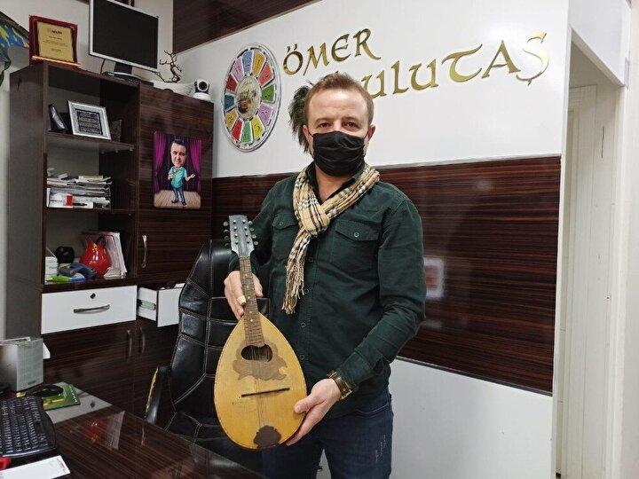 Eskişehirde yaşayan ve küçük yaşlarda başladığı bağlama sanatçılığını yurt içi ve yurt dışında icra eden müzisyen Ömer Ulutaşın, aynı zamanda müzik aleti tamiri ve satışı için açtığı dükkânında işleri son günlerde arttı.