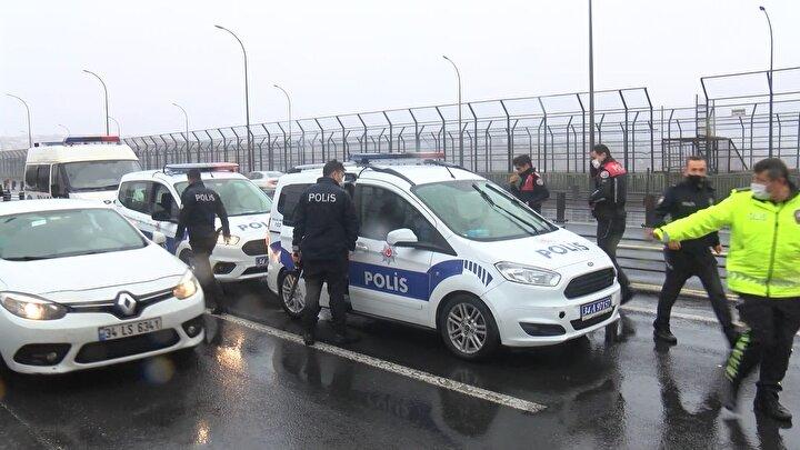 Otomobil içerisinde bulunan üç kişi gözaltına alındı. Polis ekipleri şüpheliler ve otomobil üzerinde inceleme yaptı.