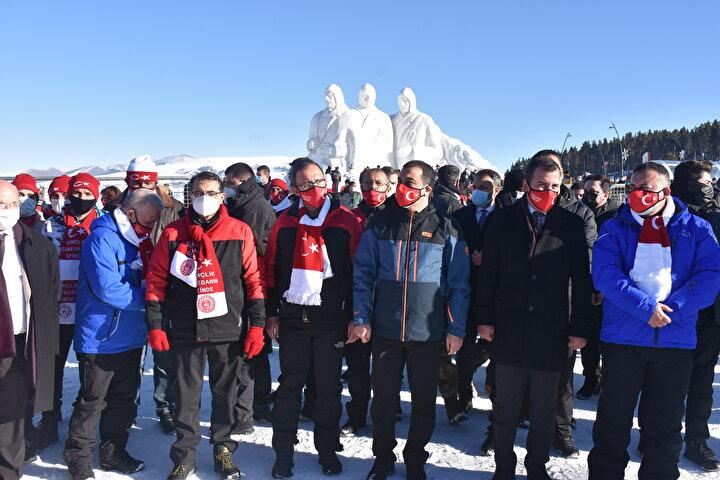 Sarıkamış Harekatının 106. yılı anma etkinlikleri kapsamında Karsın Sarıkamış ilçesinde şehitler anısına yapılan kardan heykellerin açılışı gerçekleştirildi.