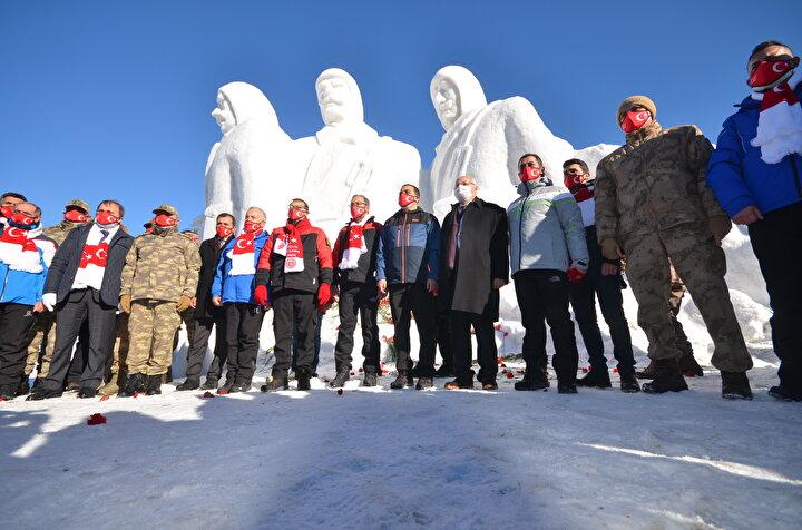 Enerji ve Tabii Kaynaklar Bakanı Dönmez de Sarıkamış şehitlerini rahmetle minnetle yad ettiklerini anlattı. Açılışı yapılan heykellerin donmuş askerin temsili olduğunu aktaran Dönmez, şunları kaydetti: