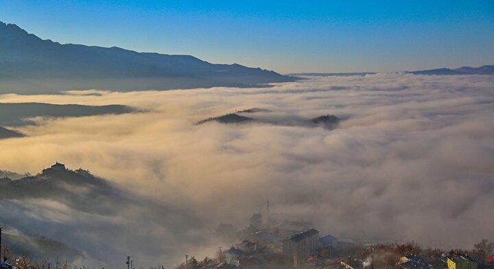 1200 rakımlı Düldül Tepesinden şehri fotoğraflayanlar, sis bulutunun görsel güzelliğini objektiflerine yansıttı.