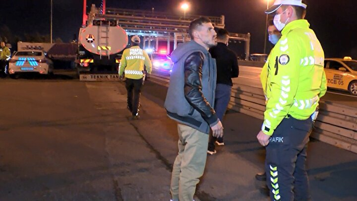 Polis, kısıtlamalar sırasında İstanbulda birçok noktada denetimlerine devam ediyor.15 Temmuz Şehitler Köprüsü Avrupa yakası girişinde kurulan denetim noktasında dur ihtarına uymayan ve polise el kol hareketleri yaptıktan sonra kaçan Kenan K.nın kullandığı 34 VL 0294 plakalı hafif ticari araç, köprü çıkışında polis ekipleri tarafından durduruldu.