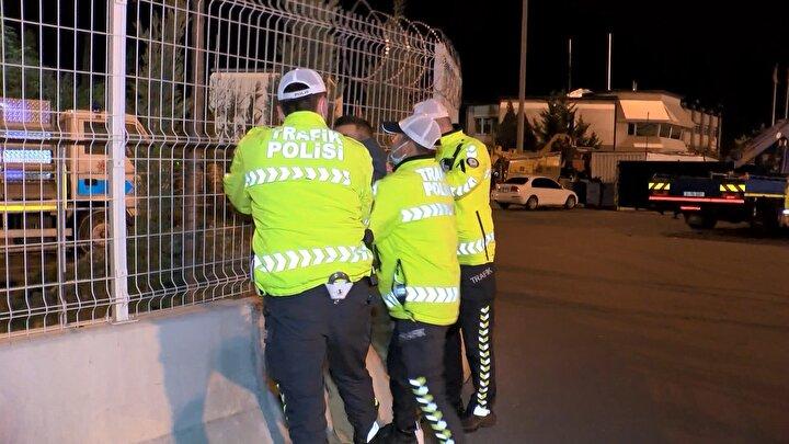 Sürücü ile birlikte araçtan inen ve alkollü olduğu görülen Halil İbrahim A. işlem yapmak isteyen polislere uzun süre direndi.