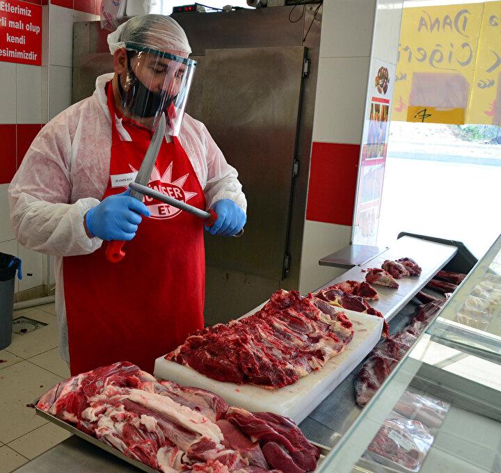Pandemi sürecinden birçok sektörün olduğu gibi et sektörünün de etkilenmesinin normal olduğunu dile getiren Adana Kırmızı Et Üreticileri Birliği Başkanı Şahin Güneşer, önemli olanın sağlık olduğuna vurgu yaparak, alınan tedbirlerin hayati olduğunu söyledi.