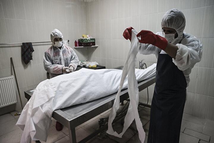 Birçok ailenin ya karantinada olduğu ya hastanede yattığı ya da bulaşma riski sebebiyle yaklaşamadığı için koronavirüsten hayatını kaybeden yakınlarının cenaze namazları, çoğunlukla mezarlık personeli tarafından kılınıyor.