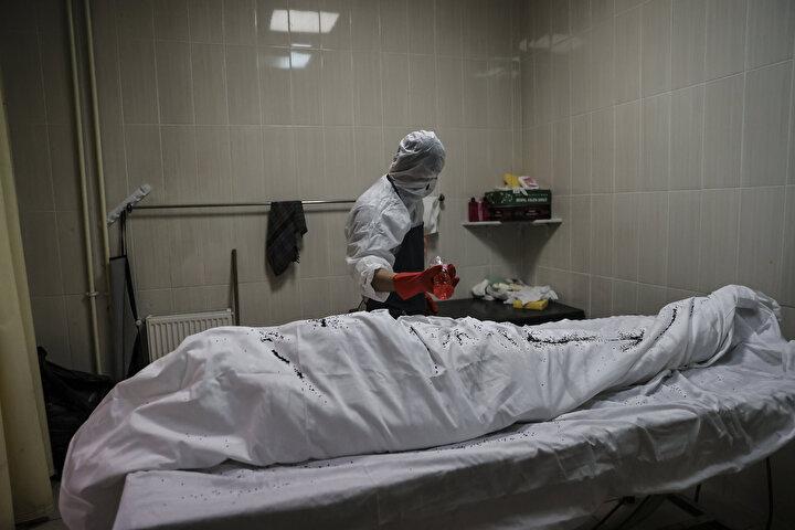 Günlük dezenfekte edilen Kovid-19 gasilhanelerinde, eldiven, tıbbi maske ve tulum kullanılarak erkek ve kadın gassallar tarafından su dökülerek yıkanan cenazeler, kefenlendikten sonra tabut ya da ceset torbasına konuluyor ve cenaze arabasıyla defin alanına götürülüyor.