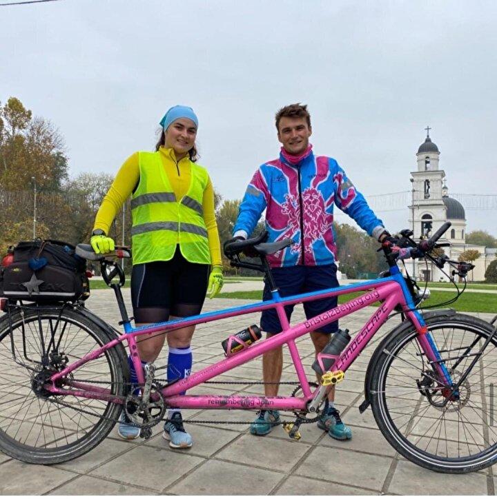 """Luke Grenfell-Shaw'a, 2 yıl önce 4. evre kanser teşhisi konuldu. Ama o, bunun hayatını doya doya yaşamasının engellenemeyeceğine karar verdi. Herkesin kanserken bile zengin ve doyurucu bir yaşam sürmek için, fırsatlar yaratabileceğini göstermek istedi. Bu nedenle İngiltere'nin Bristol kentinden, Çin'in başkenti Pekin'e tandem yani iki koltuklu bisikleti ile yolculuğa çıktı. Shaw, kendini """"Canliver olarak tanımlıyor. Bu onun türettiği bir kelime ve """"Kanserle yaşayan, her gün belirsizlik ve zorluklarla karşılaşsa da yine de zengin ve dolu bir hayat yaşayabileceğini kabul eden kişi anlamına geliyor.1 Ocak 2020'de yola çıkan Shaw, Mart ayında Almanya'ya ulaştığında pandemi nedeniyle yolculuğuna ara vermek zorunda kaldı ve bisikletini orada bırakıp ülkesine geri döndü. Verdiği 5 aylık aradan sonra yoluna devam eden Shaw, geçtiğimiz hafta toplamda 3 bin 200 kilometre pedal çevirerek İstanbul'a ulaştı. Tandem bisikleti ile yolculuğa çıkmasının nedeni, yol boyunca farklı kişi ve kültürlerle  tanışmak olan bisikletçi, koronavirüse de yakalandı. Shaw, 30 ülke ve 30 bin kilometrelik yolculuğunun sonunda, kanserle ilgili 5 hayır kurumu için, 300 bin pound toplamayı hedefliyor."""