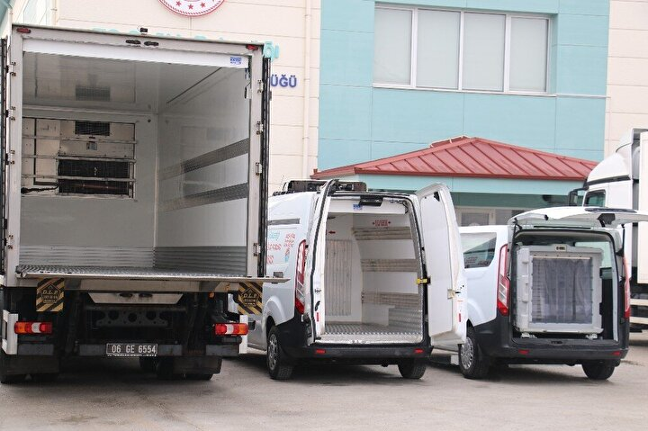 """Sağlık Bakanlığı Halk Sağlığı Genel Müdürlüğü Merkez Aşı ve İlaç Depo Sorumlusu Mustafa Topcu ise, """"Bakanlığımızın illere tahsisi yapıldıktan sonra, tahsis bizim depomuza gelir. Tahsiste illere verilen rakamlara göre 10'un üzerindeki iklimlendirmeli araçlarla tüm Türkiye'ye aynı anda sevkiyat yapılıp, en kısa sürede 81 ilin deposuna teslim edilecek. Tırlarımız iklimlendirme özelliğine sahip."""