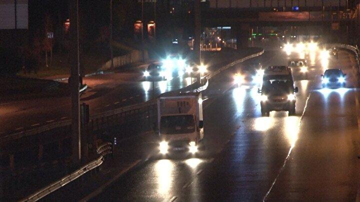 İstanbul'da uygulanan kısmi sokağa çıkma kısıtlamasının saat 05:00 itibariyle sona ermesiyle birlikte trafik akışı ve toplu ulaşımında vatandaşların hareketliliği başladı.