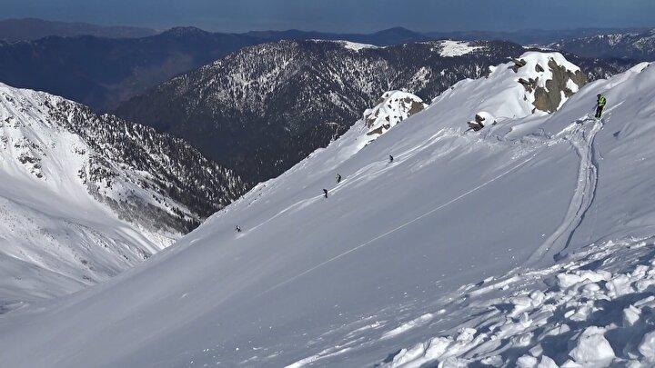 Koronavirüs salgını nedeniyle zor günler yaşayan Avrupada bu yıl kayakçılar, Alp Dağları yerine Türkiyede, Kaçkar Dağlarını tercih etti.