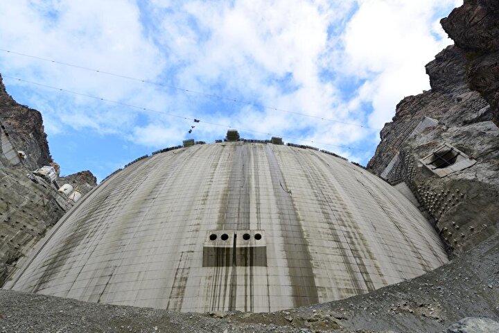 Yan kollarda ise bir barajın inşaat halinde, 5 barajın ise planlama aşamasında olduğu öğrenildi. Çoruh Havzasında yan kollar ile birlikte inşa edilecek 143 baraj ve HES projesi ile yılda 14 bin 552 gigawatt elektrik üretimine ulaşılacak.