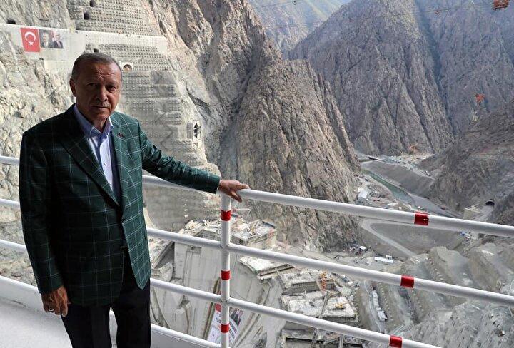 Günde 6 bin 500 metreküp beton dökümünün 3 hava hattı ile taşımalı olarak sürdüğü baraj projesinde gelecek yılın yarısından itibaren su tutulmaya başlanacak ve elektrik üretimine geçilecek.