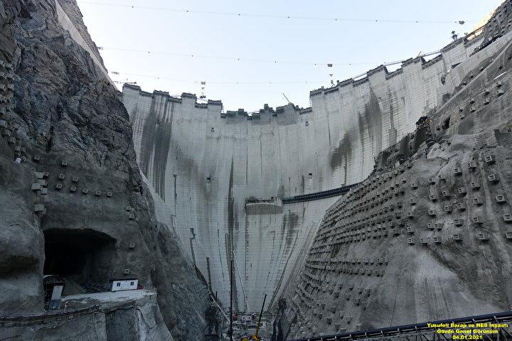 Çoruh Nehrinin Türkiye sınırları içerisindeki memba kısmındaki Laleli Barajı ile mansap kısmındaki TBMM 85inci Yıl Muratlı Barajı arasında ana kolda 10, yan kollarda ise 7 baraj planlandı. Bu projelerden ana kolda 4 baraj projesi işletmeye alındı. Ana kolda 1 barajın inşaatı sürerken, 3 barajda da planlama aşamasına gelindi.