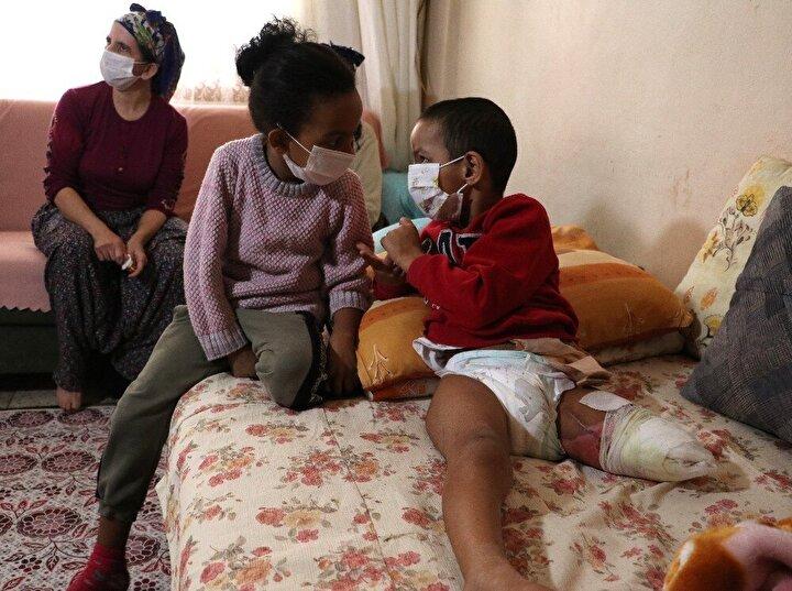Adana Büyükşehir Belediyesinden de kazadan sonra maddi ve manevi bir yardım almadıklarını öne süren aile, şimdi çocuklarının bakımı için ne yapacaklarını düşünüyor.