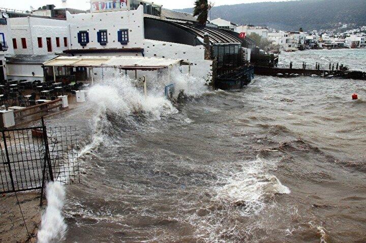 Kıyı kesimlerini vuran fırtına nedeniyle Ortakent, Bitez, Gümbet ve Kumbahçe sahilinde dalgalar oluştu.