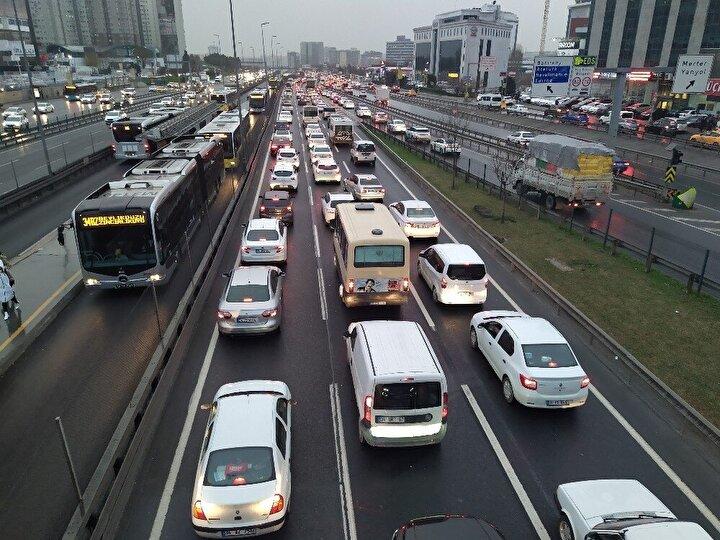 İstanbulda etkisini artıran yağmurla birlikte trafik yoğunluğu yüzde 80e ulaştı.Meteoroloji Genel Müdürlüğü (MGM) tarafından İstanbulda yağış için bugün sarı uyarı verildi.
