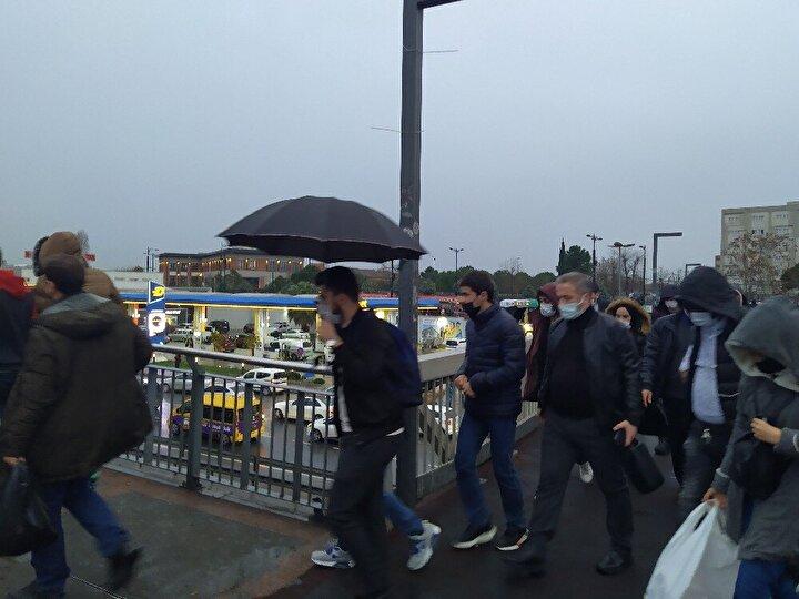 İstanbul'da yağmur ve mesai sonrası trafik yoğunluğu