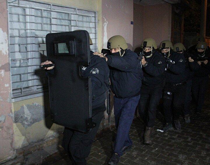 İl Emniyet Müdürlüğüne bağlı Terörle Mücadele Şube Müdürlüğü ekipleri, şahısları yakalamak için operasyon düzenledi.