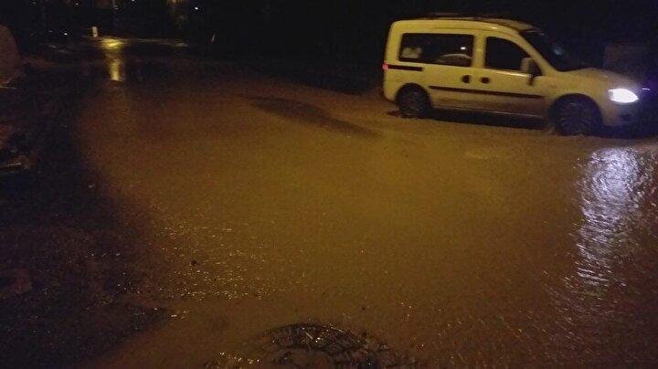 Yağmurun şiddetinin artırmasıyla sokak araları zaman zaman göle dönüştü. Sokağa çıkma yasağı nedeniyle boş olan sokaklar yağmur suları ile yıkandı.