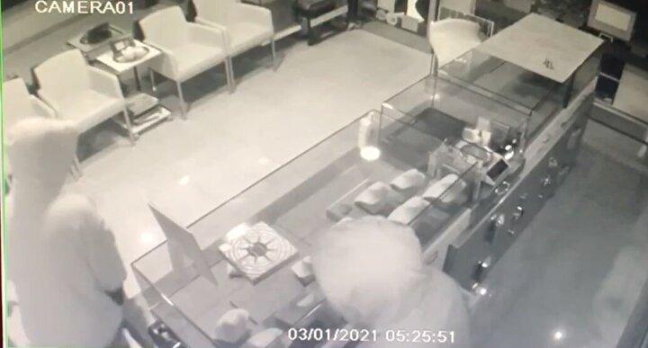 Hırsızlık iş yerinin güvenlik kamerasına yansıdı.
