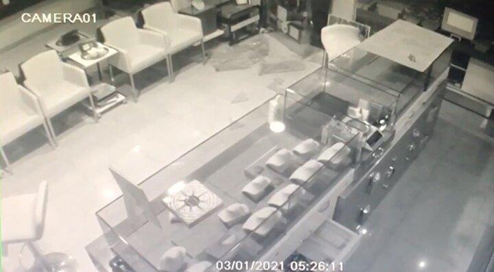 Görüntülerde, iki kişinin dükkana girdiği, birinin üzerinden çuval çıkarttığı ve hırsızlık yaptıktan sonra kapının camını kırarak uzaklaştığı görüldü