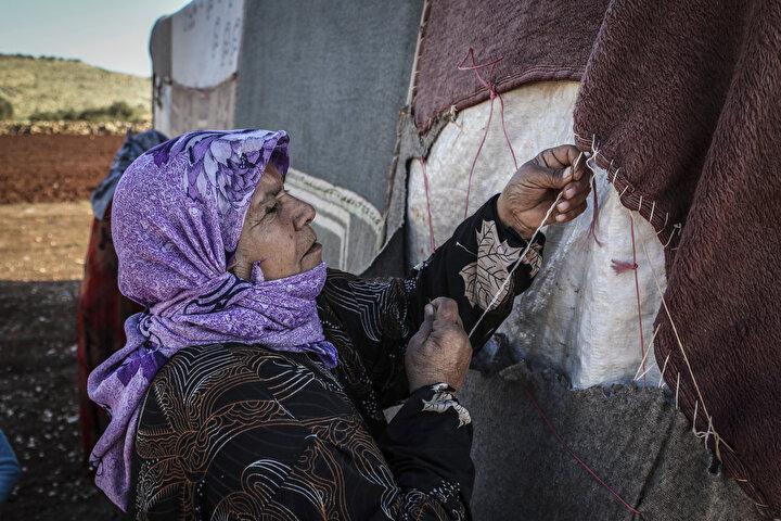 Başlarını sokacak çadır dahi bulamayan siviller, battaniye, hasır, eski kıyafet parçalarını dikerek kendilerine çadır yapıyor. Son derece dayanıksız olan çadırlar çetin kış şartlarında soğuk ve yağmura karşı dayanıksız hale geliyor.