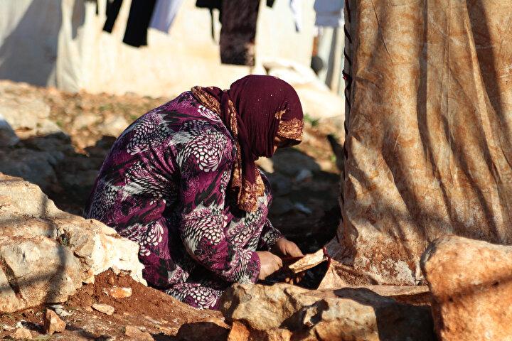 Halime Muhammed de Çadırlarımız eski. Yağmurluklarımız çürümüş. İğne iplikle çadırlarımıza yama yapıp yağmurdan ve soğuktan korunmaya çalışıyoruz ifadesini kullandı.