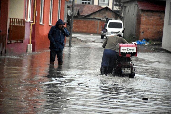 Meteoroloji Genel Müdürlüğünden yapılan şiddetli yağış uyarısının ardından Edirnede gece yarısı başlayan sağanak, hayatı olumsuz etkiledi.