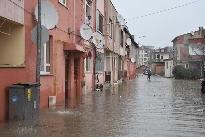 Meteoroloji yetkilileri, yağışın perşembe gününe kadar etkili şekilde süreceğini, perşembe gününden itibaren Balkanlar üzerinden kar yağışı geleceğini bildirdi.