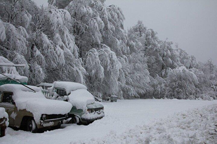Kar yağışının devam ettiği dağ yolunda Karayolları ekipleri aralıksız çalışırken, bölge trafik ekipleri de sürekli yolu denetliyor.