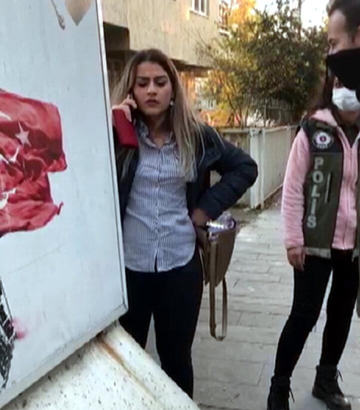 Bu sırada çay bahçesine gelen arkadaşları, Gülcan Ç.yi dışarı çıkarmak isteyen garsonlara saldırmış, ihbar üzerine gelen polis ekipleri, kadını gözaltına almıştı.