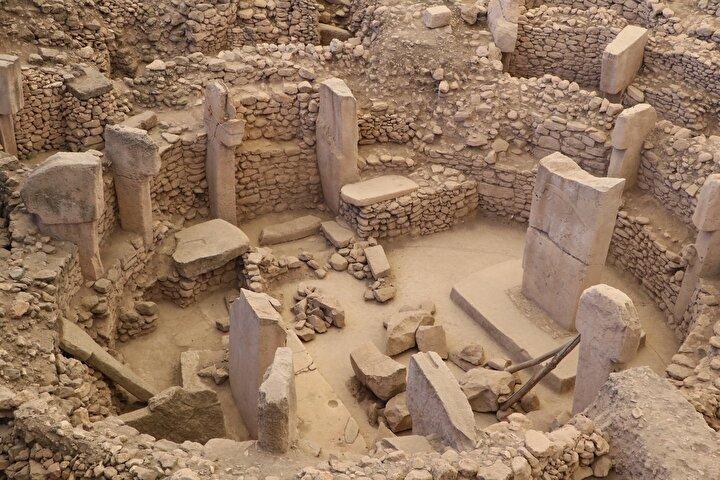 """Göbeklitepe Dernek Başkanı Sabri Dişli ise, """"Bakanımızın açıklamasından sonra kentimizde yeniden bir heyecan yaşattı. Karahantepe'de çıkan bulgulardan sonra Şanlıurfa'da çok önemli kazılar devam ediyor. Şanlıurfa neolitik dönemin merkezi oluyor. Dolayısıyla Şanlıurfa'ya neolitik dönemi merkezinin kurulmasını istiyoruz. Bütün kazıların sonucunda burada önemli bulguların bir noktada biraraya geleceğine eminiz. Şimdi kent olarak normalleşme dönemini bekliyoruz"""" dedi."""