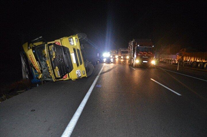 Olay yerinden yaklaşık 2 kilometre uzakta ise 26 KR 521 plakalı bir kamyonet akaryakıt istasyonu çıkışında devrilirken, karşı şeritte ise bir başka tırın dorsesi ise bankete girerek yan yattı.