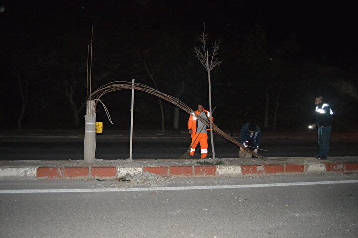 Öte yandan kentte etkili olan rüzgar nedeniyle yollardaki bazı aydınlatma direklerinin devrildiği, trafik levhaları ile reklam panoların da yerinden çıktığı görüldü.