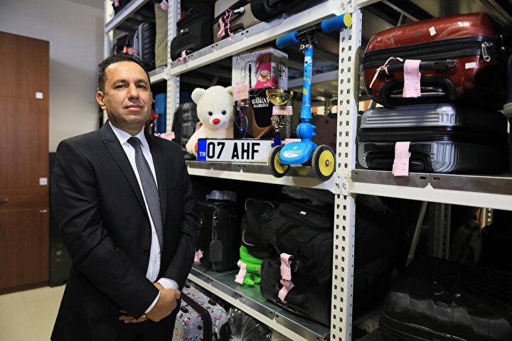 Kapısında güvenlik personelinin beklediği ve izinsiz kimsenin giremediği kayıp eşya bürolarında, çoğunlukla valiz ve çantalar dikkati çekiyor. 2019 yılında 8 bin 657 kayıt açılan kayıp eşya bürolarına, geçen yıl 3 bin 372 kayıt açıldı.