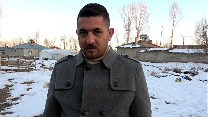 Kasımbağında oturan Burhan Özcan (30), Kışın başladığı ilk aylarda mahallemize sürüler halinde gelen kargalar, ağaçlık alanlar ve yerleşim alanlarına konuyorlar. Yaz mevsiminde ekinlerimize zarar veren kargalar, kış mevsiminde mahallemizin tamamını istila ediyor...