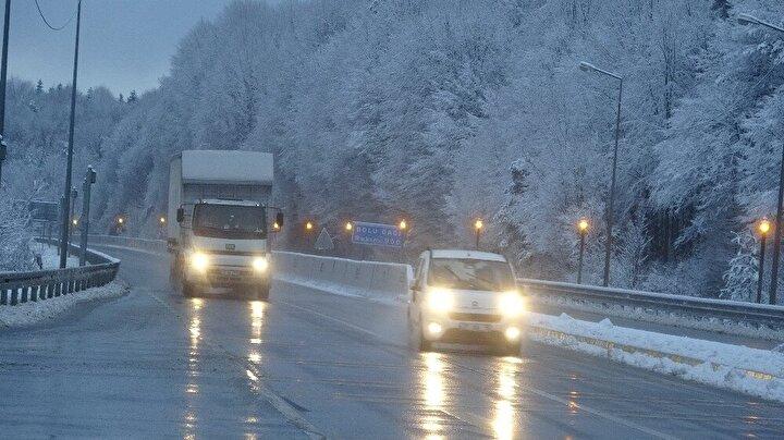 Kar yağışı sebebiyle sürücülerin olumsuz etkilenmesini engellemek için karayolları ekipleri güzergahlarda tuzlama ve kar küreme çalışmalarını aralıksız olarak sürdürüyor.