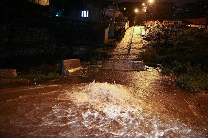 Yağışın etkili olduğu noktalardan Bucada, logarlar taştı, alt geçitler su ile doldu.
