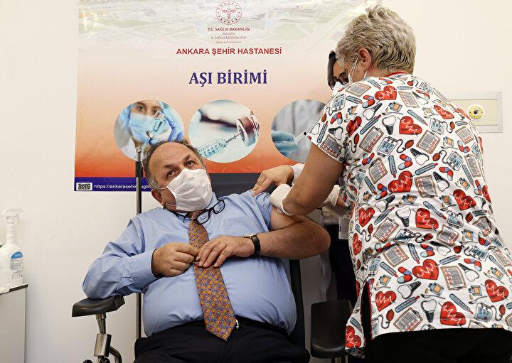 Bakan Koca ve Bilim Kurulu üyeleri, koronavirüs aşısı oldu