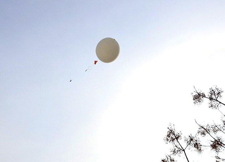 Yer istasyonlarından her gün saat 14.35 ve 02.35te bırakılan balonlara bağlanan radiosonde cihazı yerden 35 kilometre yüksekliğe kadar çıkarak, havada kaldığı bir buçuk - 2 saat arasında havadaki bilgileri radyo dalgaları aracılığıyla yer istasyonuna iletiyor.