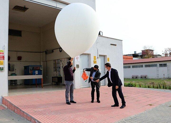 """Meteoroloji 6. Bölge Müdürlüğünde görevli Mühendis Ertaç Özal, """"Günde 2 defa attığımız balonumuzdan basınç, sıcaklık, nem, rüzgar yönü ve rüzgar şiddeti bilgilerini alıyoruz. Bizimle birlikte Türkiyede 9 ilimizde bu uçuş eş zamanlı olarak yapılıyor. Aynı anda diğer ülkelerde de bu uçuş yapılıyor. Paylaşılan bu bilgiler bizim her gün hava tahmini yapmak için kullandığımız haritaları çizmemize yarıyor. Bu haritaları çizmek için bilgiler çok önemli. Bu haritalar günde 2 defa güncelleniyor diye konuştu."""
