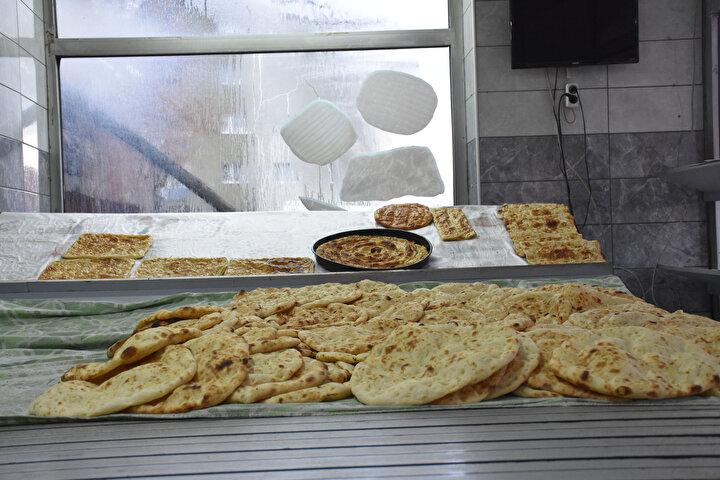 İlk önce pasta türleri yapmak istiyorduk. Burayı da görünce zaten biliyoruz, bu işi yapalım dedik. Kadınlarımız bizleri daha çok sevdiler, daha çok ilgilendiler bizimle ve büyük destek gördük onlardan. Böyle girişimci kadınların olması ne güzel diyorlar. Yarım torba unla başladık biz bu işe ve işlerimiz şu an çok iyi hatta yetiştiremiyoruz. Ürünlerimiz, köy ekmekleri olduğu ve ekşili maya ile yaptığımız için sevilerek tüketiliyor dedi.