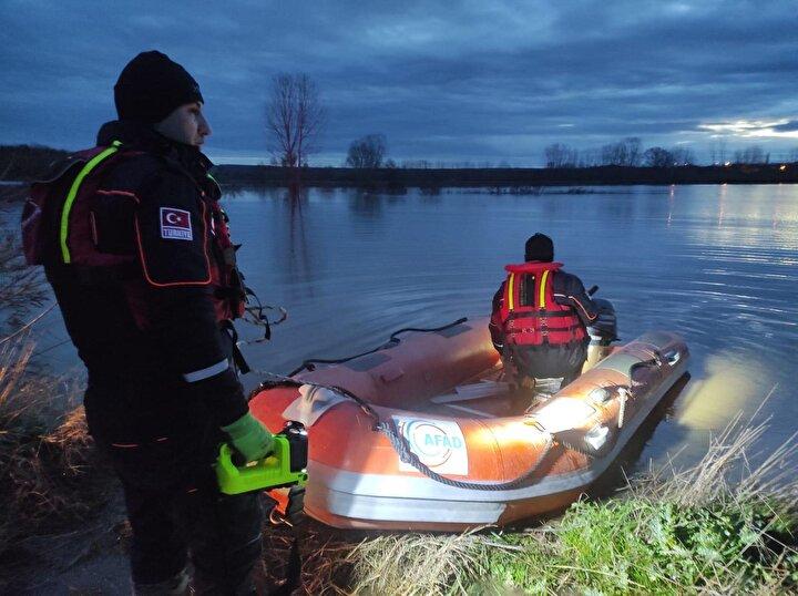 Yaklaşık bir buçuk  metre yükselen sudan kendi imkanlarıyla kurtulamayan sürücü, aracının üzerine çıkarak yardım istedi. AFAD ekipleri, bölgeye botla giderek, adı açıklanmayan kişiyi kurtardı.