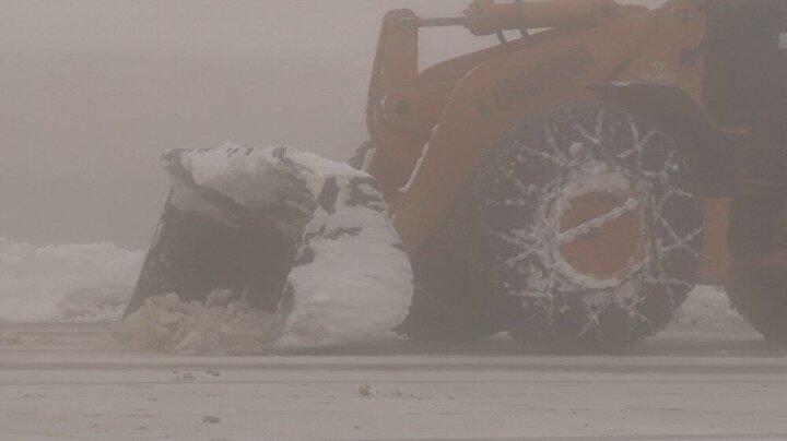 Karayollarına bağlı ekipler ise, Uludağ'da karla birlikte kapanan yolları açma çalışmasına aralıksız olarak devam ederken, Jandarma ekipleri ise yoğun sisin olduğu Uludağ'da tedbirlerini üst seviyeye çıkardı.
